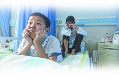 8月21日清早6点多,武汉大学中南医院6号楼放化疗头颈乳腺一病区30床,12岁的陈英炜(图左)熟练地摆好稀饭馒头,招呼爷爷陈仕球(图右)吃早餐。