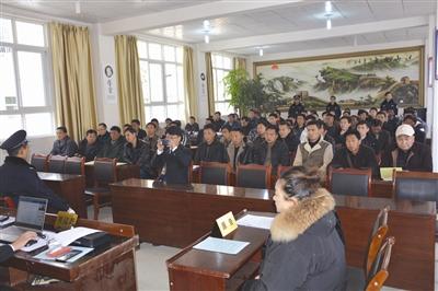 25日,凉山州金阳县人民法院在派来镇、向岭乡两地现场开庭,公开审理两起控辍保学案件