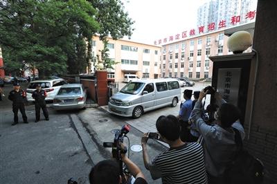 昨日,海淀区教育招生和考试中心,运送考卷的车辆驶出。新京报记者 王飞 摄