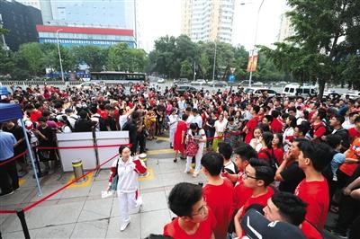 人大附中,拉拉队正在为考生加油打气。 新京报记者 王飞 摄