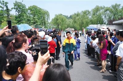 6月7日上午,高考第一場考試(語文)結束,101中學校門前,考生陸續走出校門。新京報記者 鄭新洽 攝