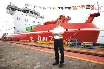 """昨日,上海,江南造船廠碼頭,""""雪龍2""""號總設計師吳剛站在剛剛交付的科考船前。新京報記者 王嘉寧 攝"""