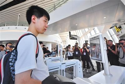 """乘坐首航班机南航A380的旅客""""刷脸""""进入A01登机口。"""