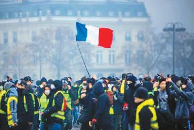 """图为2018年12月8日,法国爆发第四轮""""黄马甲""""抗议活动。图片来源:法新社"""