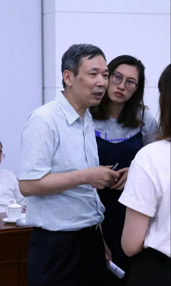 媒体记者采访本科教学委员会主任席南华院士。杨天鹏 摄
