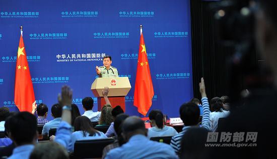 2018年5月31日下午,国防部召开5月例行记者会,国防部新闻局副局长、国防部新闻发言人任国强大校回答记者提问。 李爱明 摄