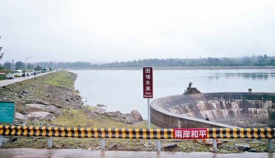 金门田埔水库,护栏上写着两岸和平(联合报系资料照)