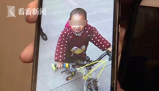 """3岁男童33楼不幸坠亡 家人:疑被人""""丢""""下楼"""