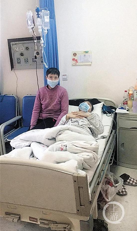 小江的家人陪伴在他的病床前。 受访者 供图