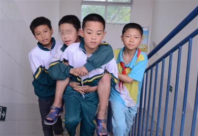 黄林远等同学背古小鑫上楼