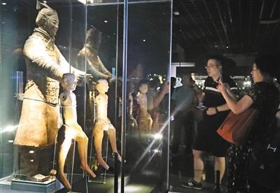 汉代骑兵俑和秦俑对比展出,显示出秦汉不同的艺术风格。记者 谢伟 摄