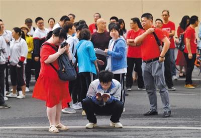 陳經綸中學(本部),一名考生正利用考前最後時間複習。新京報記者 李木易 攝