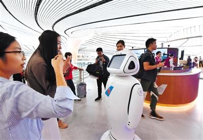 昨日,北京大兴国际机场,智能机器人在回答旅客提出的问题。A10-A11版摄影/新京报记者 李木易 陶冉