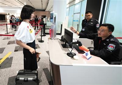 现场安检进行人脸识别。