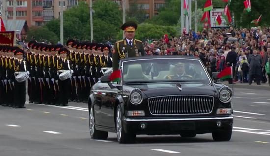 乘坐红旗礼宾车的白俄罗斯军队阅兵指挥(视频截图)