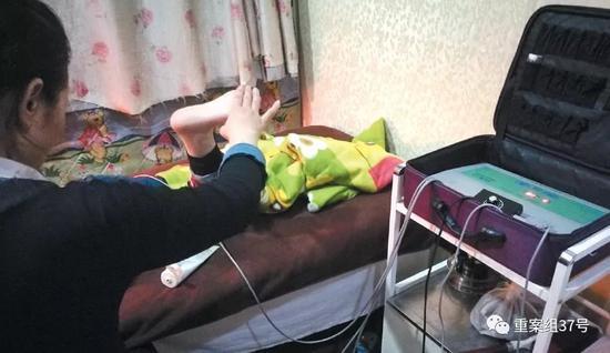 ▲1月16日晚,北京朝阳区石佛营路一家理疗店,技师正使用华林酸碱平生物电DDS 按摩器为记者疏通经脉,宣称能提高人体免疫力。 实习生 陈婉婷 摄