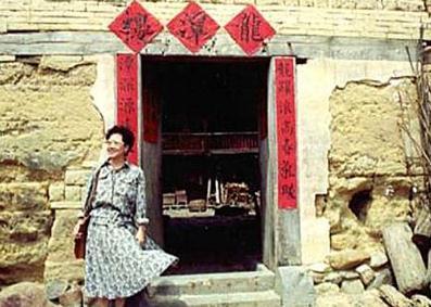 林明正在脸书PO出吕秀莲早年福建祭祖灿笑照片。