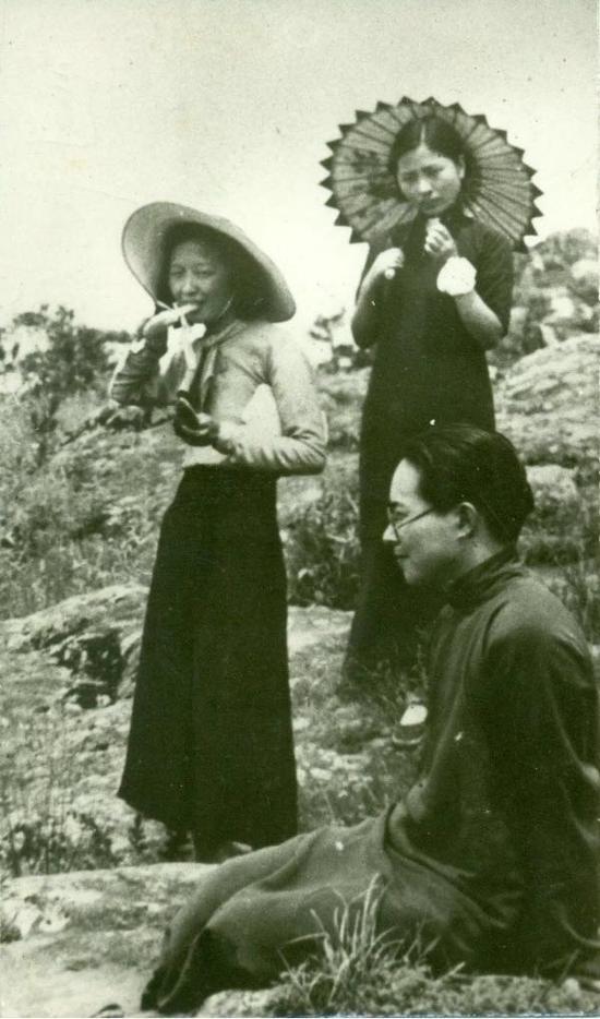 萧乾晚年赠送我们的一张1935年在苏州为沈从文、张兆和、张充和拍摄的照片。
