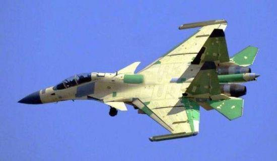 资料图片:网络上流传的歼-15D电子战机照片,翼尖挂有新型吊舱。(图片来源于网络)