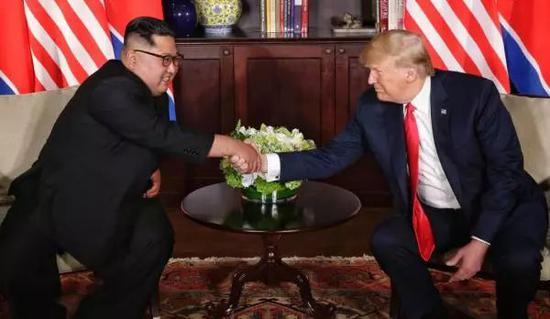 6月12日,朝鲜最高领导人金正恩(左)与美国总统特朗普在新加坡举行会晤。新华社 图