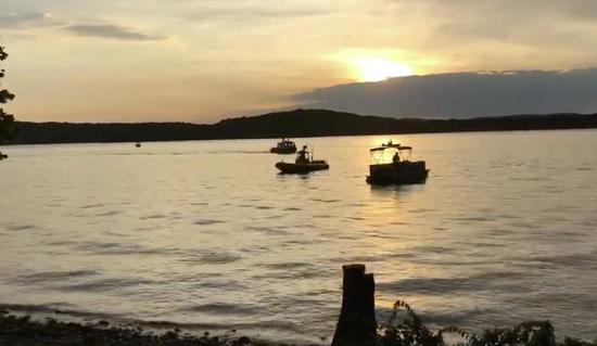 美国密苏里一艘游览船沉没已致8死 船上载数十人