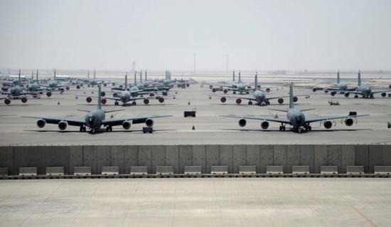 资料图片:部署在卡塔尔乌代德空军基地的美军KC-135加油机群。(图片来源于网络)