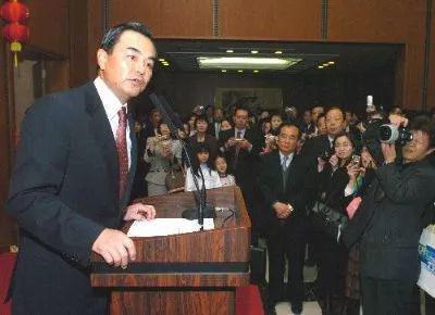 2006年2月8日,在位于日本首都东京的中国驻日大使馆,时任中国驻日本大使王毅(左)在新春招待会上发表演说。新华社记者马平摄