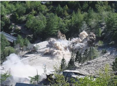 5月24日,朝鲜在咸镜北道吉州郡的丰溪里核试验场对多条坑道和附属设施进行爆破,并宣布正式废弃这座核试验场。 新华社记者 程大雨 摄