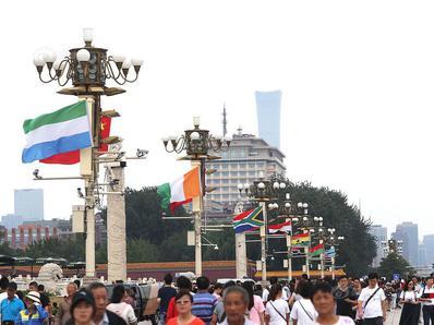 北京天安门广场悬挂非洲多国国旗欢迎非洲各国元首访华