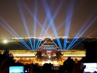 北京市民元宵节前观赏故宫夜景