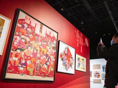 北京市民赏年画过春节