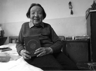 朱奶奶接受紫牛新闻记者采访。记者见到,其家中家具非常陈旧。