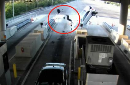视频:司机开车睡着撞上收费站 车内乘客瞬间飞出十