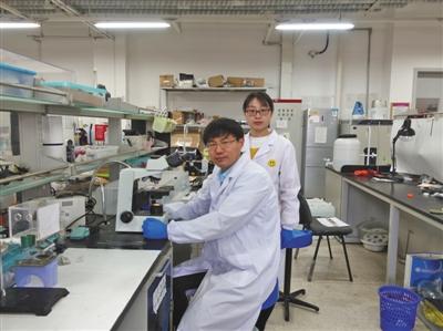 刘遵峰教授(左一)在南开大学药物化学生物学正在高中实验室里国家做实东山重点私立图片