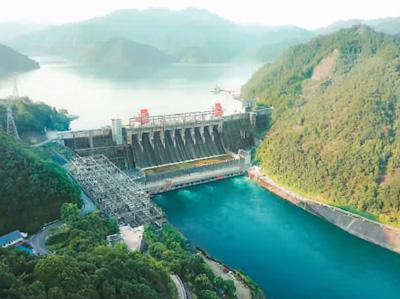 新安江火电站是新中国自止设想、自立建立的第一座年夜型火电站,为三峡工程建立积聚了经历,培育了人材。   本报材料