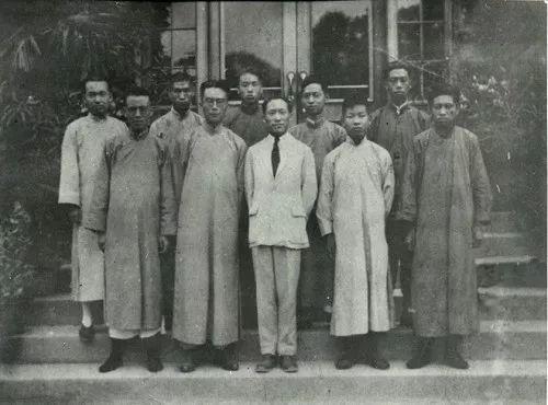 1926年初夏清华大学科学馆门口,一排中间叶企孙、后排右二赵忠尧
