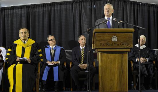 6月15日,马蒂斯在美国海军战争学院毕业典礼上演讲(图源:美国国防部)
