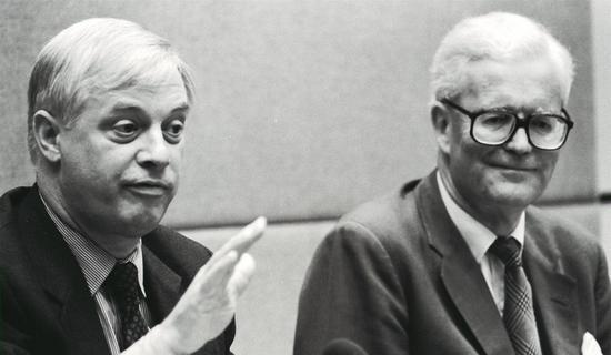 1991年,道格拉斯・赫德(右)和彭定康在一场新闻发布会上。图自港媒