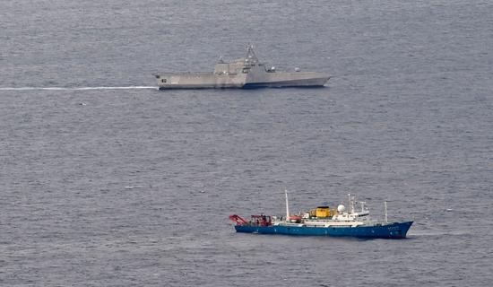 美军濒海战斗舰南海抵近中国科考船 中方护卫舰现身图片