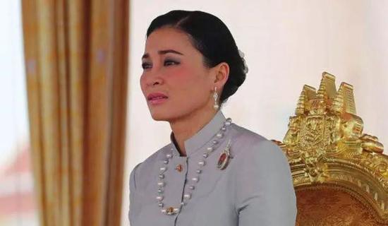 ·苏提达在任何场合都打扮低调,很少有珠光宝气的头饰。