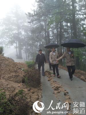 资料图:华同春(中)下乡防汛