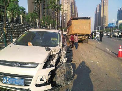 停在路边的车辆被撞得面目全非。本文图片 大河网 图