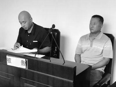 死者的父母未出现在法庭,只有代理人坐在原告席上。而被告旅馆老板(右一)则亲自出庭