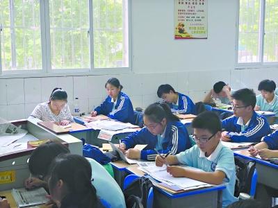 家长代继华(左)在教室里认真听讲做笔记长江日报记者陈晓彤摄