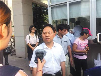昨日开庭前,刘大蔚的辩护律师徐昕在法庭外接受媒体采访。新京报记者 王巍 摄