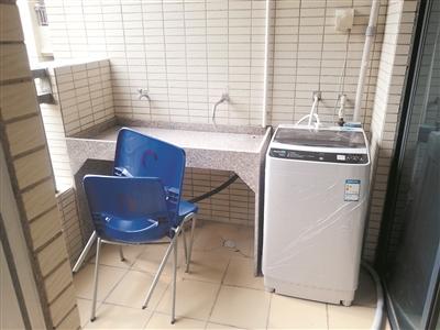 洗衣机已被安装在宿舍阳台一角。