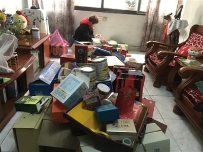 黄婆婆家客厅堆满各类保健品