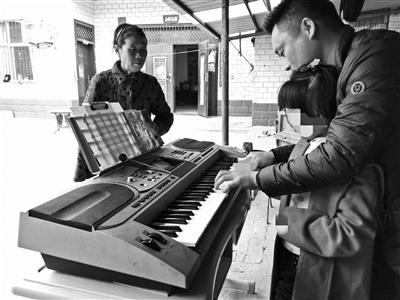 老师在小芸家中上音乐课