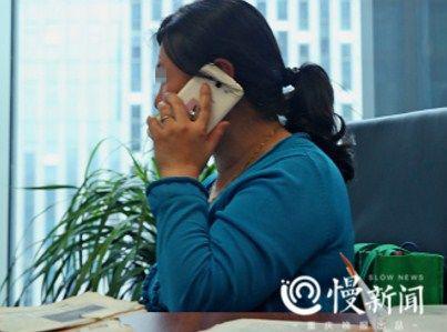 ▲朱晓娟接到朋友们一个又一个电话关心