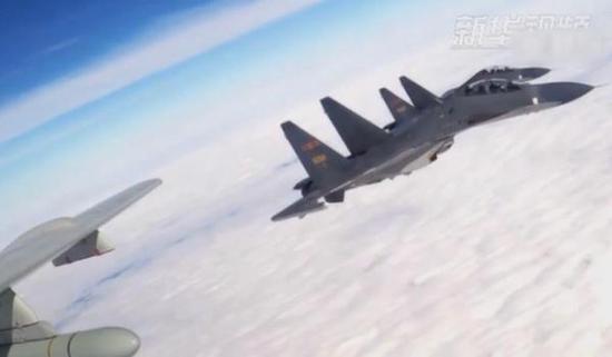 为轰-6K护航的苏-30战斗机